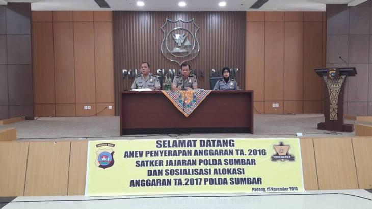 karorena Polda Sumbar KBP Drs Achmad Yani dan Para Kabag saat pembukaan Rapat Anev