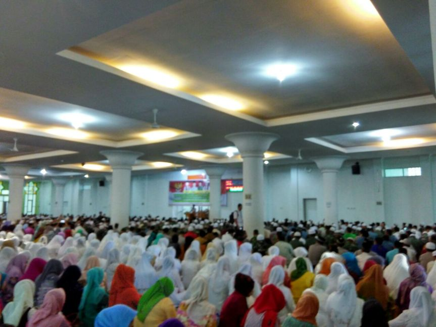 masyarakat, TNI, Polri dan PNS Pemko Padang saat Istiqosah di Masjid Nurul Iman