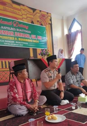 Kapolres Bukittinggi Akbp Arly Jembar Jumhana SIK., MH saat Jumat Barokah di Ponpes H Muhammad Nadis Gulai Bancah